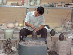 写真 ろくろを回し形を整えている September 2001 撮影