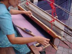 写真 機織の様子 June 2002 撮影