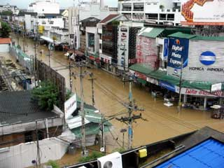 水浸しの街中の風景 September 2005 撮影